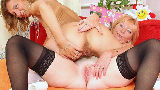Vieille lesbienne a la chatte poilue se fait goder par une blondasse mature