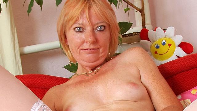 Un mature blonde amatrice se  branle en bas blanc sur son lit avec un gros gode